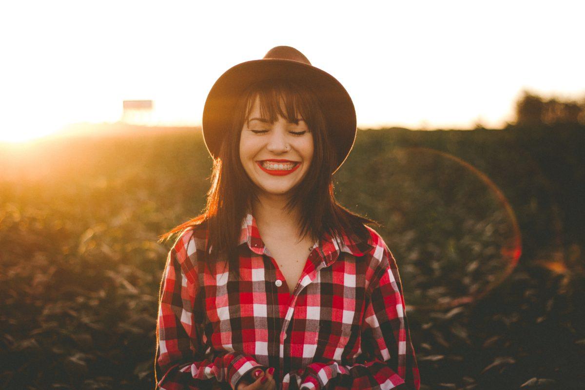 【マッチングアプリ写真の撮り方】男女ともに笑顔でラフ感を出す!